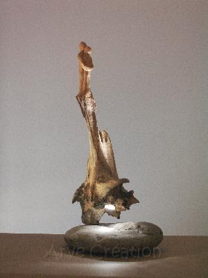 Apesanteur, bois flotté sur galet et sculpture en terre