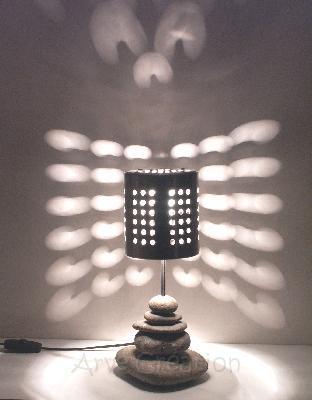 Arve cr ation galets et bois flott lampe pois lampe d for Lampe en bois flotte et galet